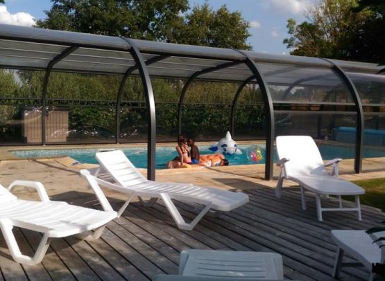 Gite la chevalerie roulotte piscine terrasse couverte chauffée anjou maine et loire