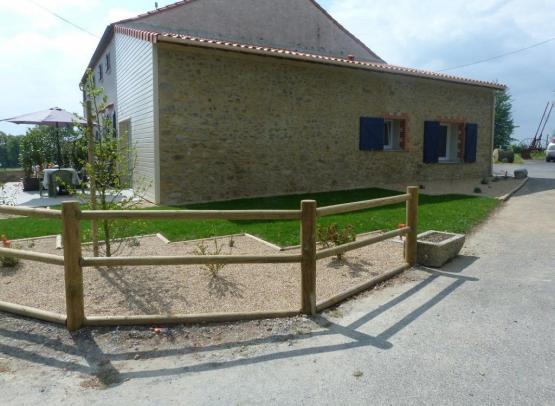 exterieur-gite-la-hutte-chapelle-rousselin-chemille