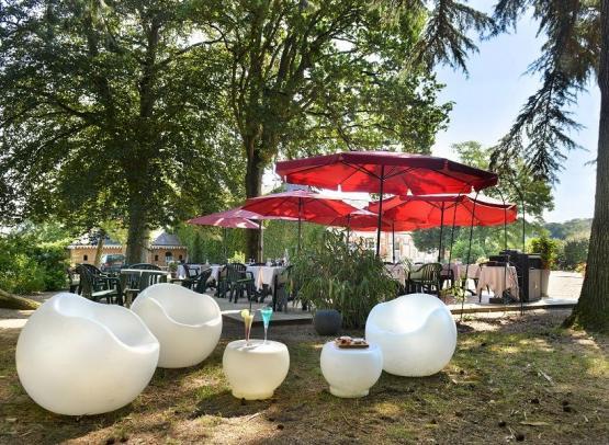 Villa-des-Bordes-aperitif-dans-le-parc-reduit