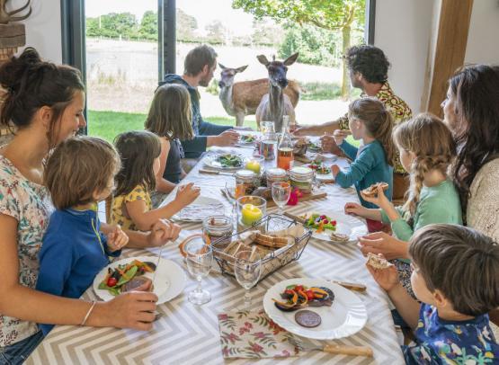 famille repas biche