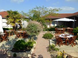 terrasse-tables-le-logis-delbee-beaupreau