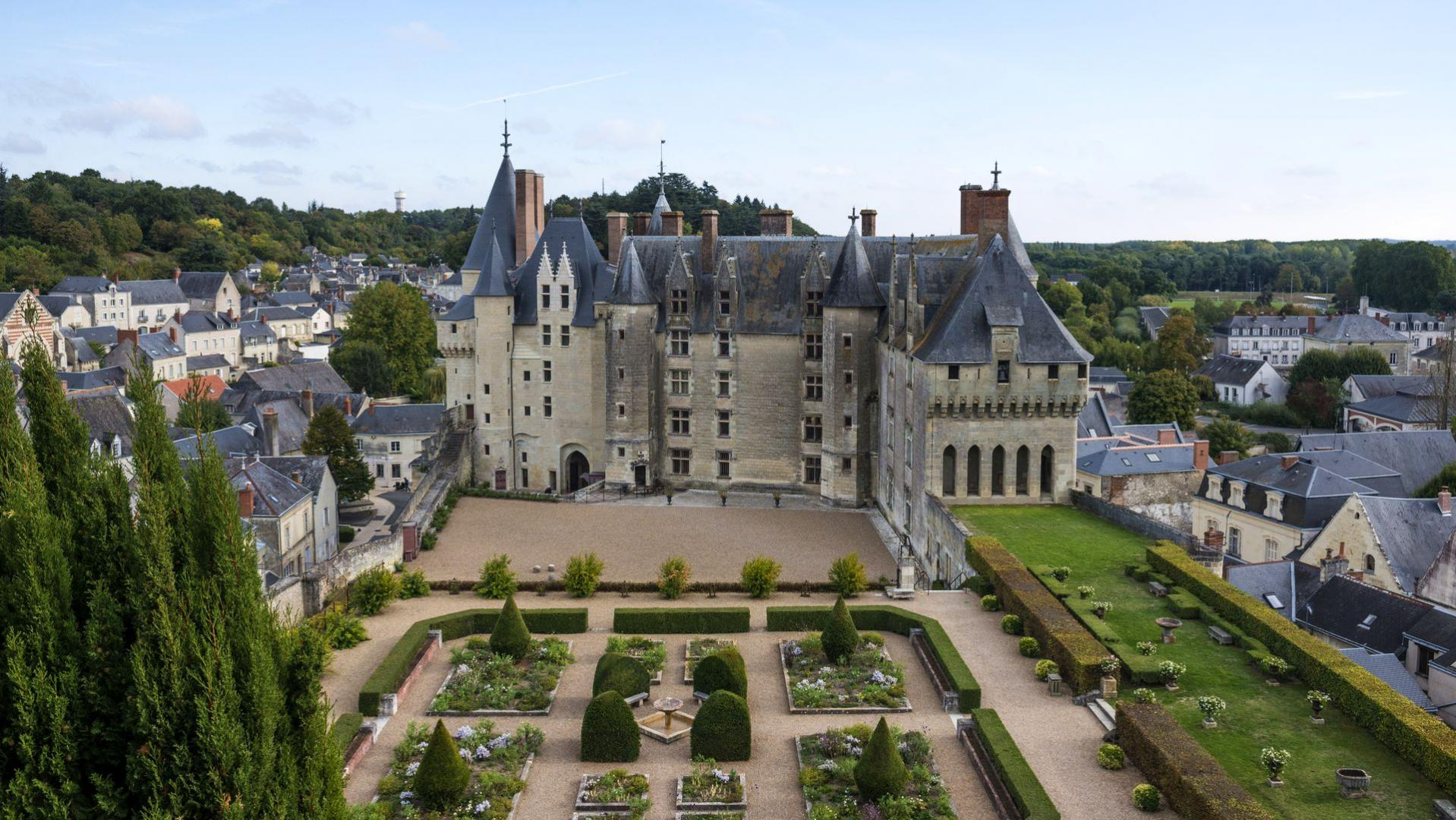 Ch teau and park of langeais the loire valley a journey for Camping chateaux de la loire piscine